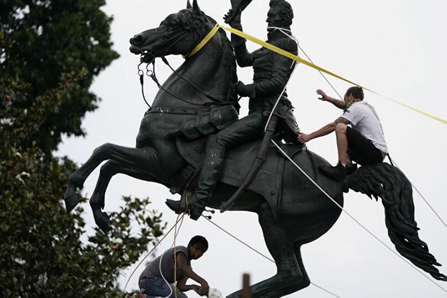 Abbattere le statue